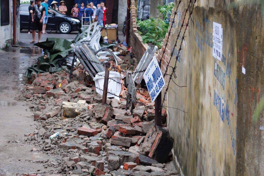Bức tường nhà trường sập sau mưa đè chết bé trai - 2