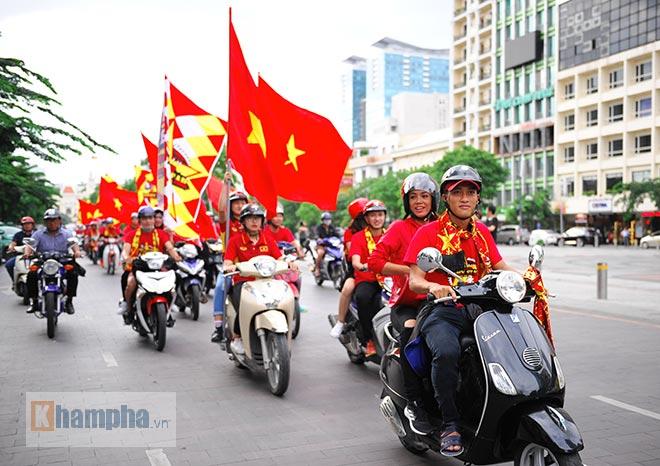 Người đẹp diễu hành, đội mưa, hôn nhau…cổ vũ ĐT Việt Nam - 1