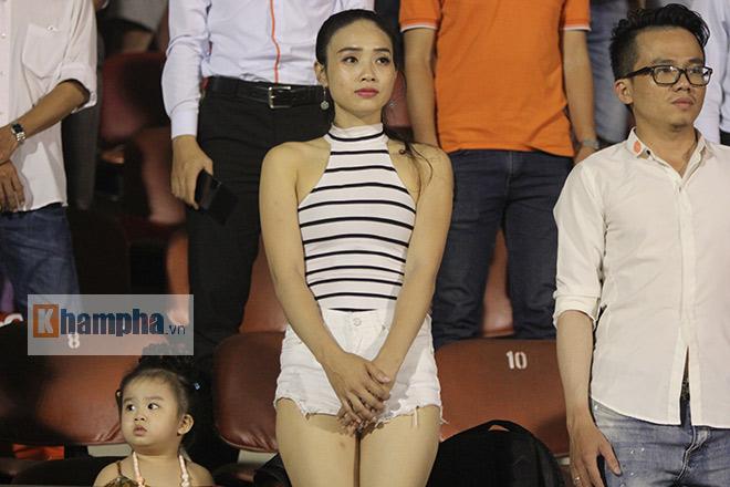 Người đẹp diễu hành, đội mưa, hôn nhau…cổ vũ ĐT Việt Nam - 12