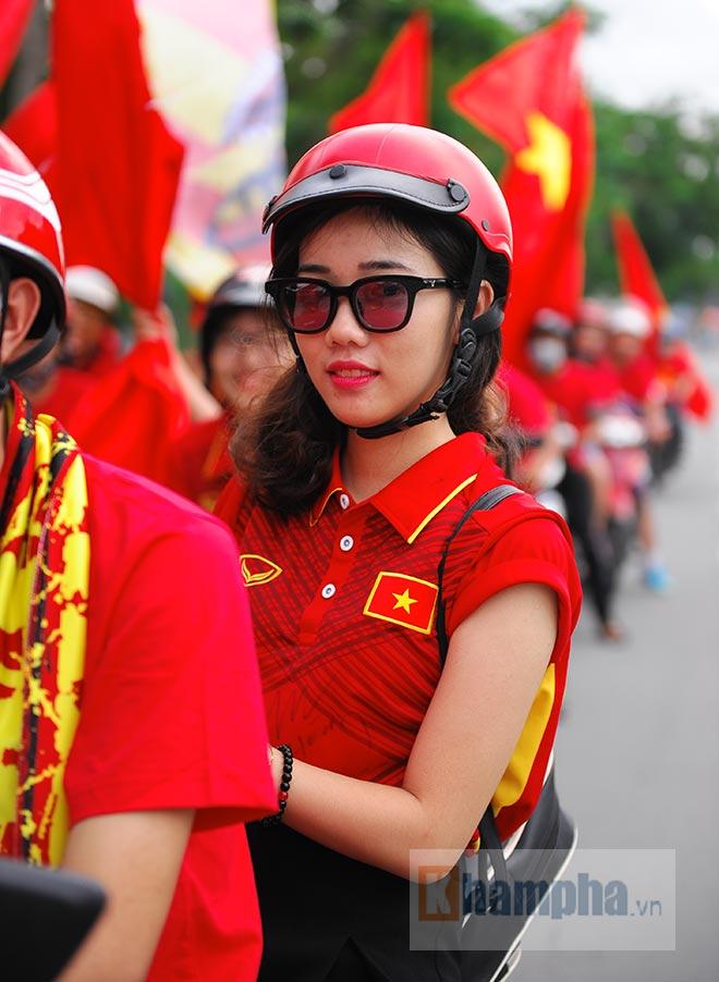 Người đẹp diễu hành, đội mưa, hôn nhau…cổ vũ ĐT Việt Nam - 2