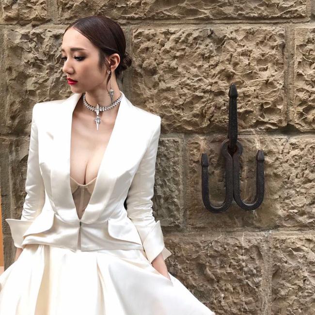 Nữ diễn viên nổi tiếng của đài TVB Hồng Kông Vương Quân Hinh mới đây tuyên bố sẽ tổ chức hôn lễ vào tháng 7 tới. Trước đó cô là ngôi sao nổi tiếng với tuyên bố gây sốc. Cô khẳng định quyết giữ trinh tiết trước khi lên xe hoa về nhà chồng.