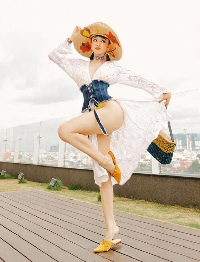 Không chỉ là một diễn viên nổi tiếng, cô nàng còn lấn sân sang lĩnh vực thiết kế thời trang hồi đầu năm nay. & nbsp;