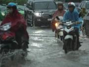 Tin tức trong ngày - Hà Nội mưa lớn, sấm sét vang trời, người đi đường hoảng sợ