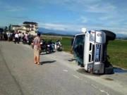 Tin tức trong ngày - Ô tô 7 chỗ chèn lật xe của CSGT