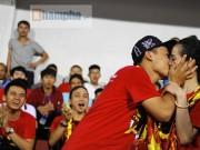 Người đẹp diễu hành, đội mưa, hôn nhau…cổ vũ ĐT Việt Nam
