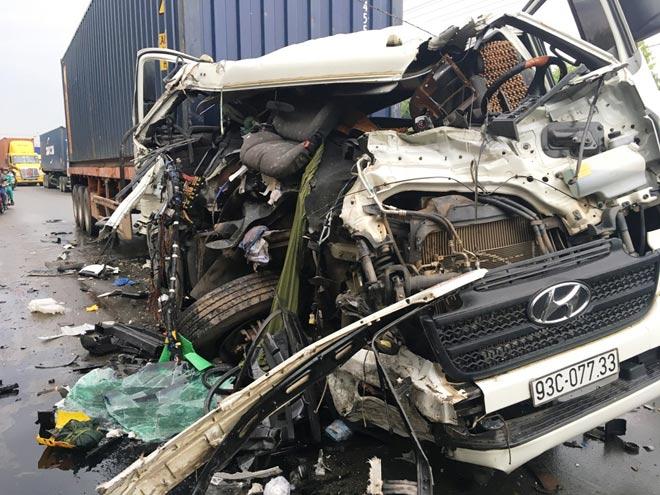 Đầu container vỡ nát, phụ xe văng xuống đất sau cú tông kinh hoàng - 1
