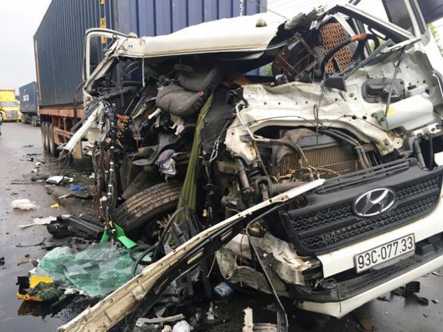Đầu container vỡ nát, phụ xe văng xuống đất sau cú tông kinh hoàng