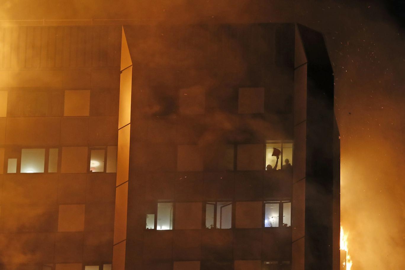 Nạn nhân vụ cháy London ôm nệm nhảy từ tầng cao xuống - 3