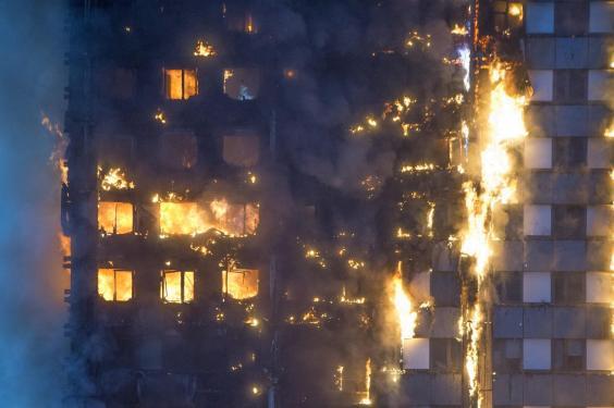 Nạn nhân vụ cháy London ôm nệm nhảy từ tầng cao xuống - 4