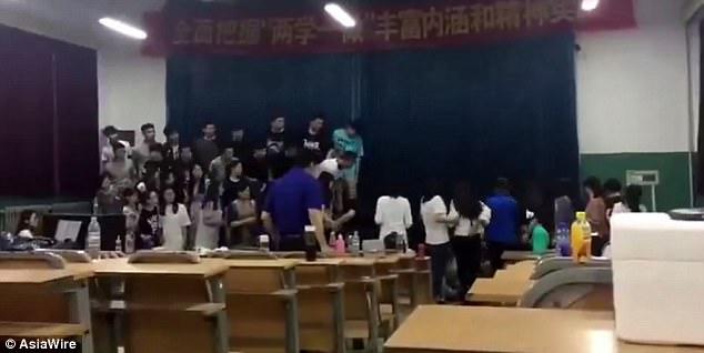 TQ: Đang hát say sưa, nửa số người tham gia bỗng biến mất - 1