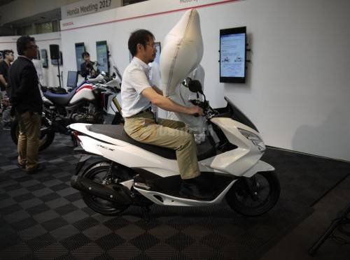 Honda PCX sẽ được trang bị túi khí an toàn như ô tô - 1