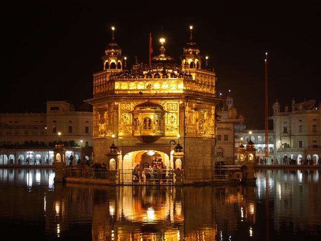 Đền Vàng ở Amritsar, Ấn Độ sáng bừng lấp lánh giữa dòng sông Amritsar.