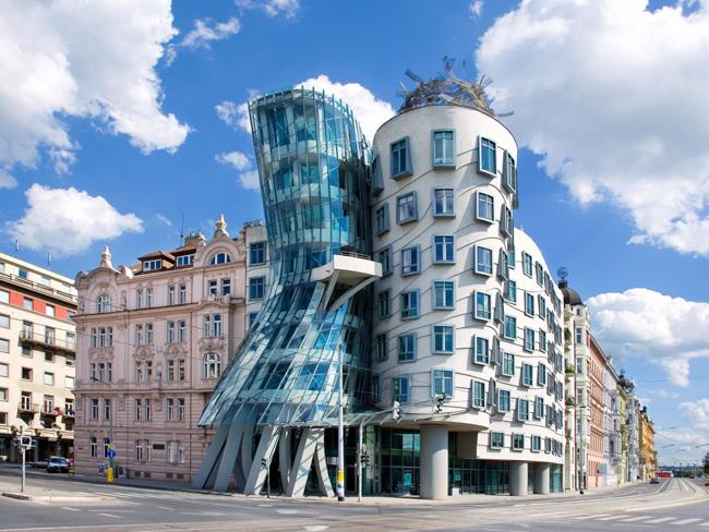 Dancing House ở Prague, Czech được xây dựng năm 1996 để vinh danh các nghệ sĩ khiêu vũ với kiến trúc uyển chuyển tuyệt đẹp.