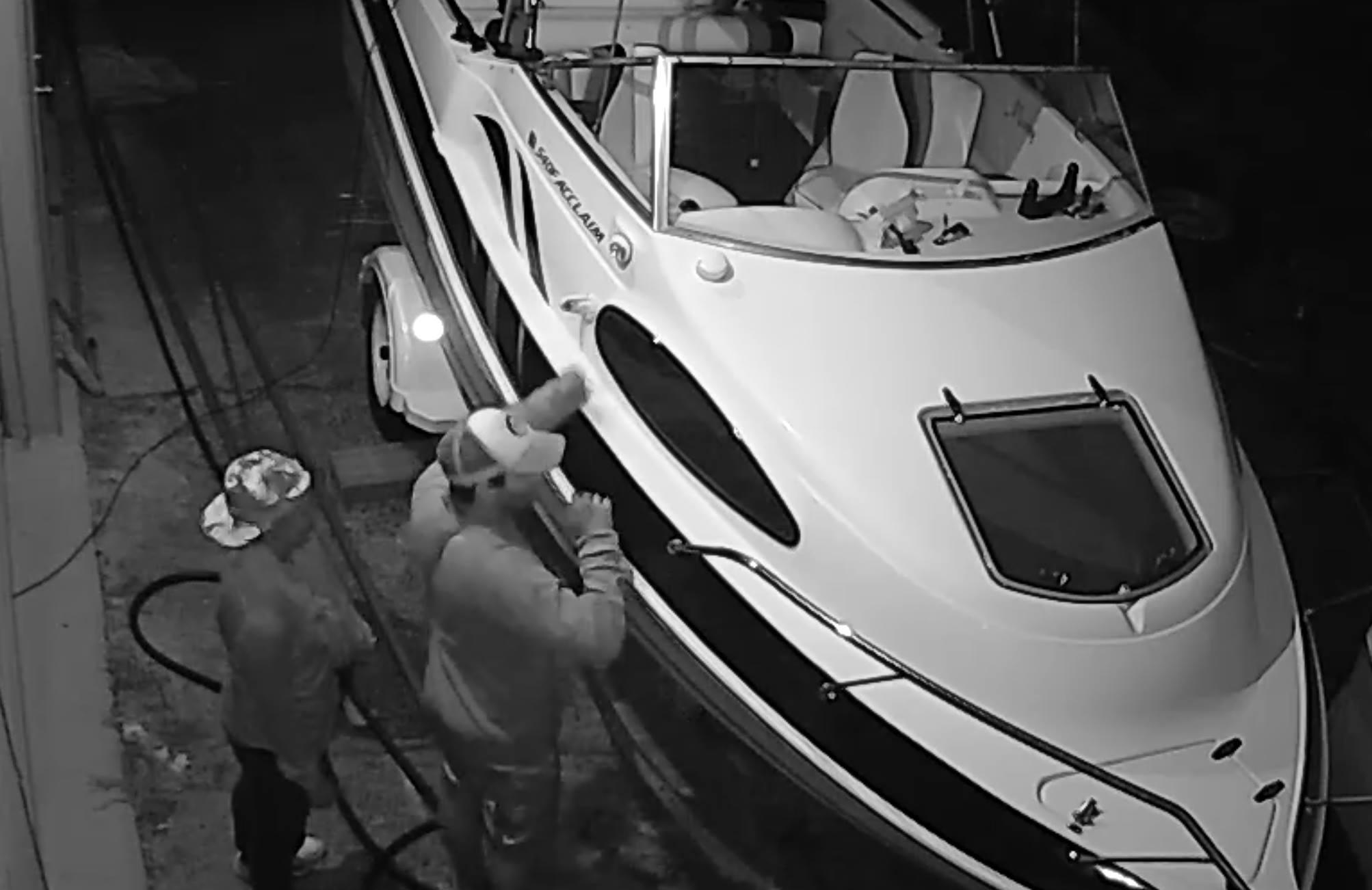 """Sốc với cặp đôi làm """"chuyện ấy"""" sau khi vào du thuyền ăn trộm - 1"""