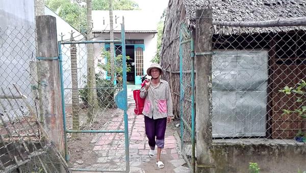 Chùm ảnh: Cụ bà 60 tuổi vẫn phải kiếm sống trên ngọn dừa - 1