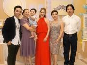 """Khánh Thi bị  """" soi """"  khi đứng cạnh bố mẹ chồng trẻ đẹp giàu có"""