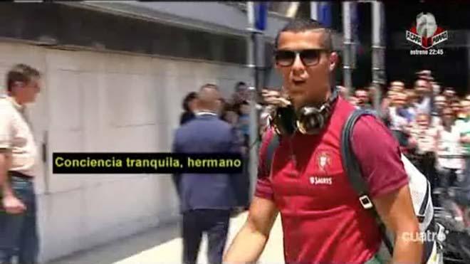"""Ronaldo bị tố trốn thuế, vẫn có thì giờ """"đò đưa"""" siêu mẫu"""
