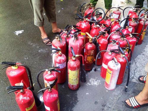 Cháy nhà nghỉ ở Sài Gòn, nhiều đôi nam nữ tháo chạy - 2