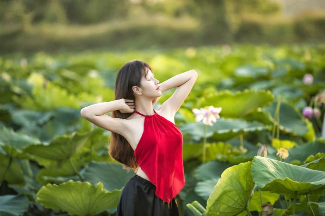 Mỗi độ hè về, thiếu nữ Hà thành lại nô nức chụp ảnh kỷ niệm cùng sen (ảnh: Huy Hoàng Đoàn). & nbsp;