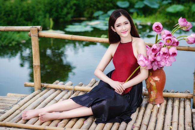 Đường cong thiếu nữ nổi bần bật trong bộ yếm màu đỏ (ảnh: Lương Trung Kiên). & nbsp;