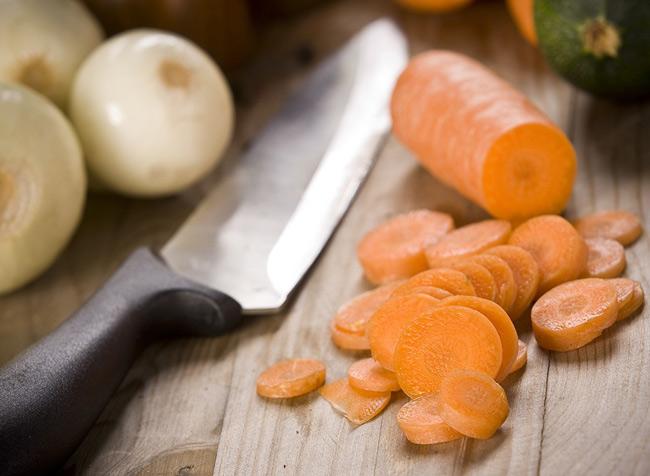 1. Cà rốt là 1 trong những thực phẩm cung cấp nhiều chất xơ nhất. Bổ sung cà rốt vào bữa ăn sẽ giúp bạn cảm thấy nhanh no và no lâu hơn, hỗ trợ hệ tiêu hóa, có tác dụng giảm cân hiệu quả.