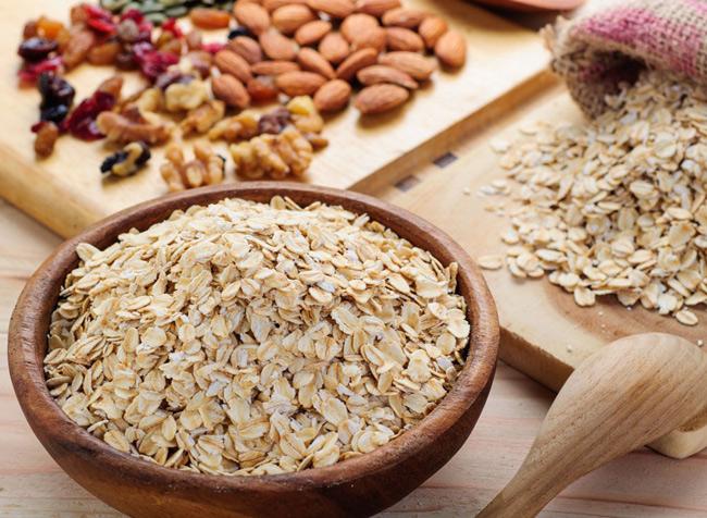 2. Bột yến mạch được sử dụng thường xuyên trong bữa ăn giúp giảm cholesterol xấu do chứa hàm lượng chất xơ cao. Bởi vậy, sử dụng bột yến mạch thay cho mì tôm hay bánh mì sẽ là lựa chọn tuyệt vời cho sức khỏe và vòng eo của bạn.