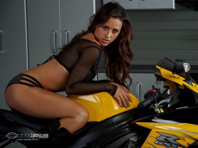 Người đẹp diện áo lưới chế ngự trên siêu môtô Suzuki GSX-R750 màu vàng.