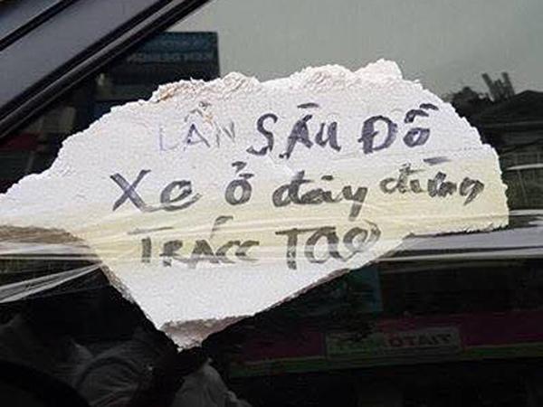 """Ô tô bị quấn đầy băng keo kèm dòng chữ """"Lần sau đỗ xe ở đây đừng trách tao"""" - 2"""