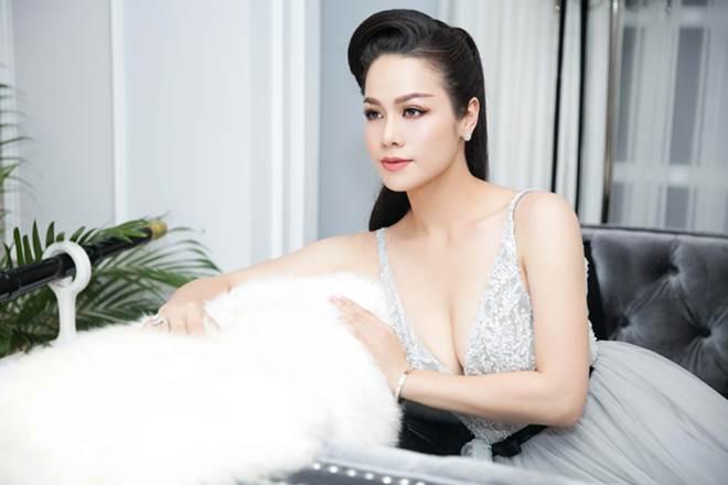 """Nhật Kim Anh khoe dáng nuột nà với váy """"trống trước hở sau"""" - 4"""