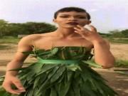 """Bộ đôi  """" trai làng """"  mặc lá chuối làm siêu mẫu bên đồng lúa"""