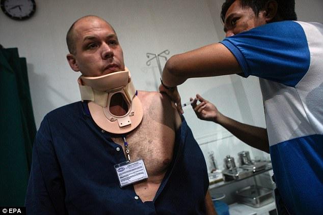 Phóng viên bị xạ thủ IS ở Philippines bắn đạn găm trúng cổ - 2