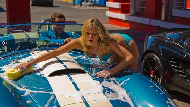 Các cô nàng chỉ việc diện bikini và làm một công việc duy nhất: Rửa xe ô tô cho khách hàng.