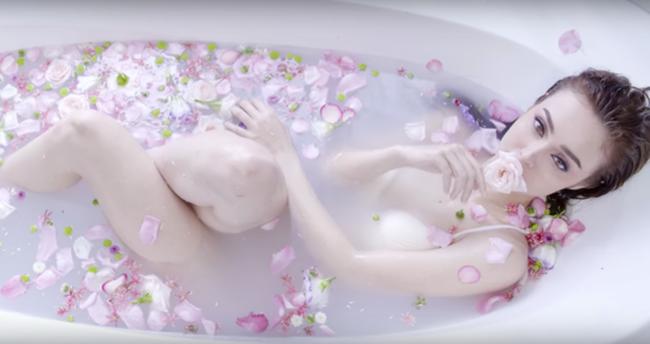 Nữ ca sĩ lai Pháp - Mlee mạnh dạn khai thác sự gợi cảm của mình trong cảnh quay ngâm mình trong bồn nước vô cùng ấn tượng.