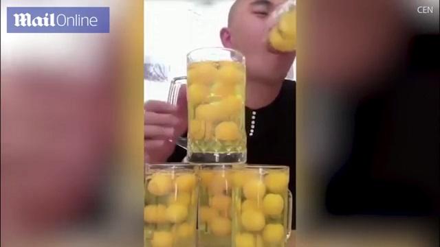 Thanh niên TQ tu ừng ực 50 quả trứng sống như uống bia - 1