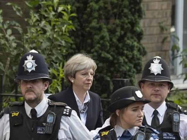 """Đám đông gọi Thủ tướng Anh là """"đồ hèn"""" sau vụ cháy London"""