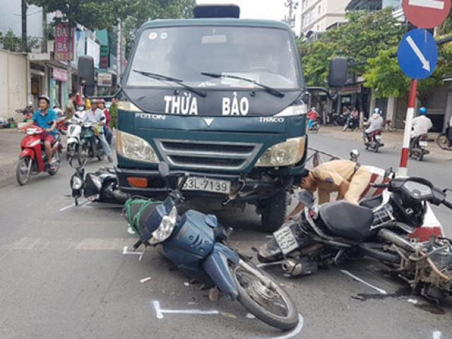 Xe tải mất thắng tông hàng loạt xe máy chờ đèn đỏ