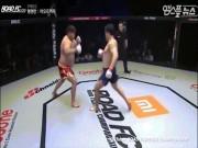 """MMA: Dính  """" đòn hiểm """"  võ sĩ Trung Quốc ôm háng nhập viện"""