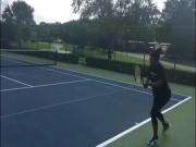 """Serena lại mạo hiểm, bầu  """" vượt mặt """"  vẫn vác vợt ra sân"""