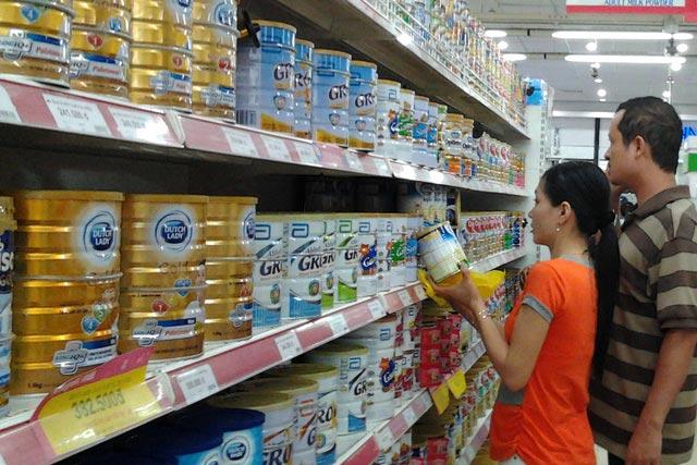"""Hãng giảm giá sữa, cửa hàng vẫn """"cố thủ"""" - 1"""