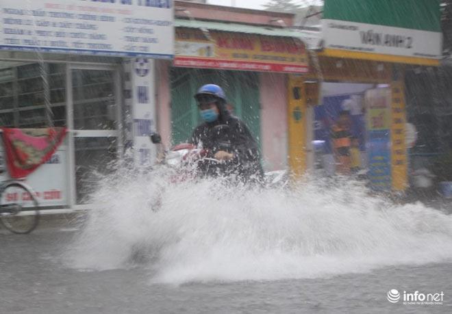 """TP.HCM: Người dân lại """"bơi"""" trong cơn mưa trắng trời, xe chết máy la liệt - 10"""