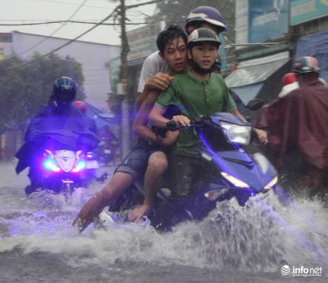 """TP.HCM: Người dân lại """"bơi"""" trong cơn mưa trắng trời, xe chết máy la liệt - 5"""