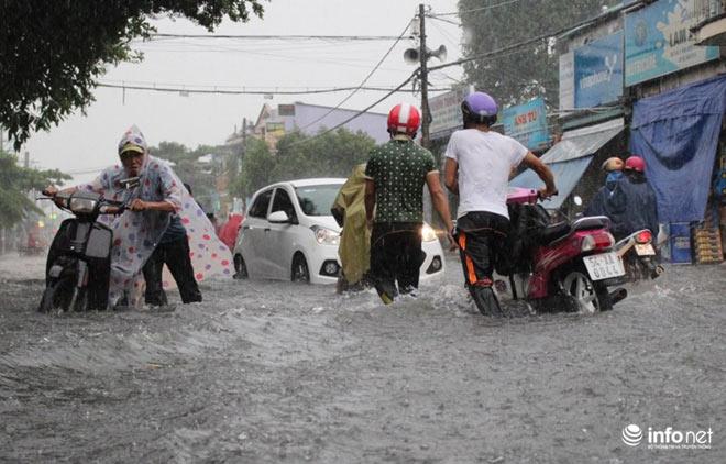 """TP.HCM: Người dân lại """"bơi"""" trong cơn mưa trắng trời, xe chết máy la liệt - 6"""