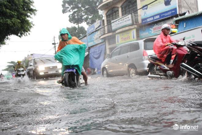 """TP.HCM: Người dân lại """"bơi"""" trong cơn mưa trắng trời, xe chết máy la liệt - 11"""