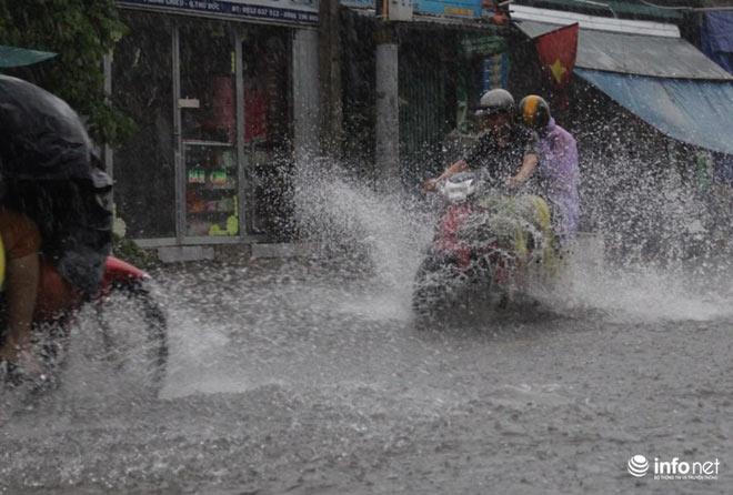 """TP.HCM: Người dân lại """"bơi"""" trong cơn mưa trắng trời, xe chết máy la liệt - 2"""