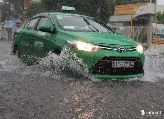 """TP.HCM: Người dân lại """"bơi"""" trong cơn mưa trắng trời, xe chết máy la liệt - 9"""