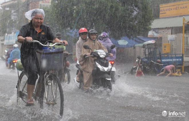 """TP.HCM: Người dân lại """"bơi"""" trong cơn mưa trắng trời, xe chết máy la liệt - 3"""