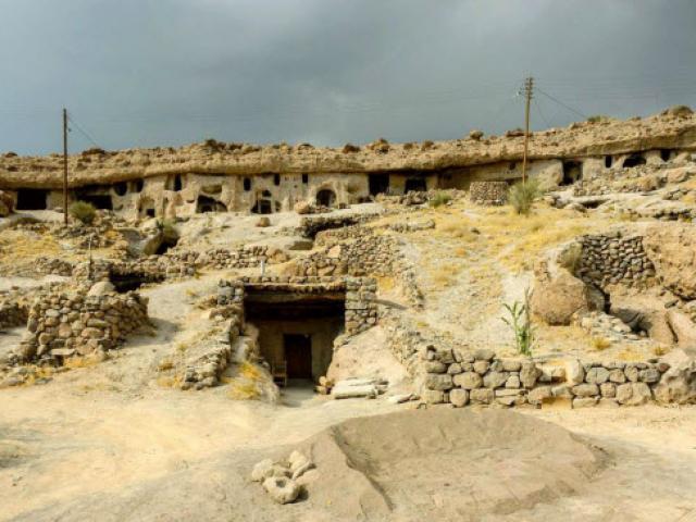 """Đột nhập ngôi làng 10.000 năm tuổi """"ẩn náu"""" trong hang động"""