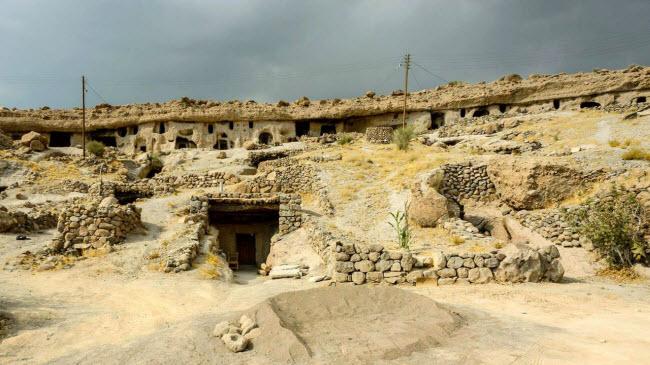 """Đột nhập ngôi làng 10.000 năm tuổi """"ẩn náu"""" trong hang động - 1"""