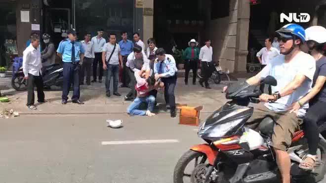 Cướp chạy ngược chiều bị người dân vây bắt