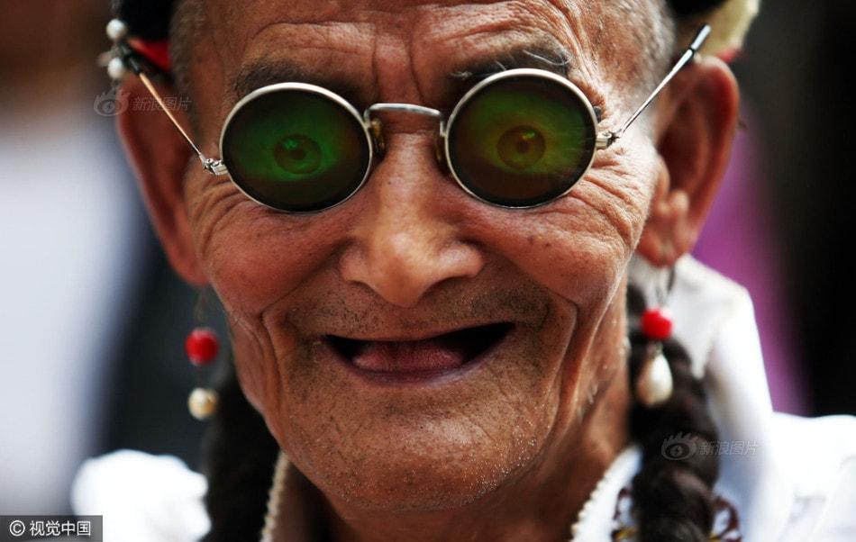 Cụ ông 74 tuổi cải trang thành phụ nữ để chiều lòng mẹ già 96 - ảnh 1